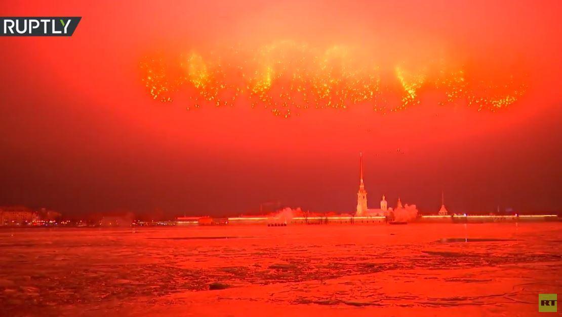 ألعاب نارية تضيء سماء سان بطرسبورغ في ذكرى رفع الحصار عن لينينغراد