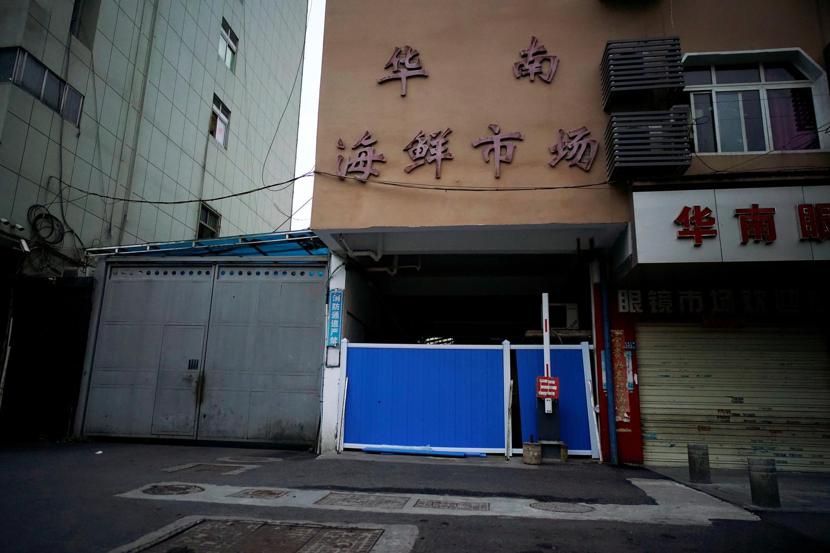 مدخل مغلق لسوق هوانان للمأكولات البحرية في ووهان، حيث يعتقد أنه منشأ كورونا