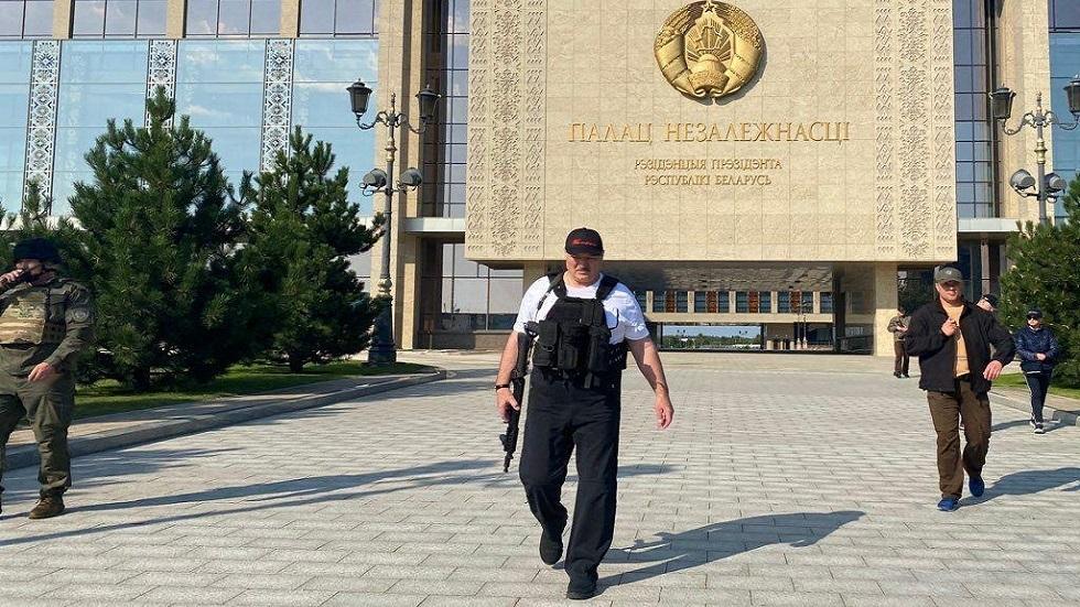 الرئيس البيلاروسي ألكسندر لوكاشينكو حاملا سلاحا أمام مقر الرئاسة بقصر الاستقلال في العاصمة مينسك خلال احتجاجات في أغسطس 2020