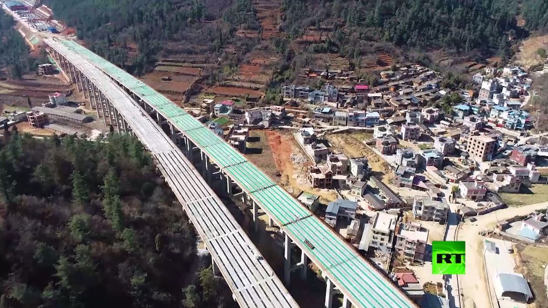 بالفيديو.. الصين تستكمل بناء أطول جسر في طريق سريع يربط شرق البلاد بغربها