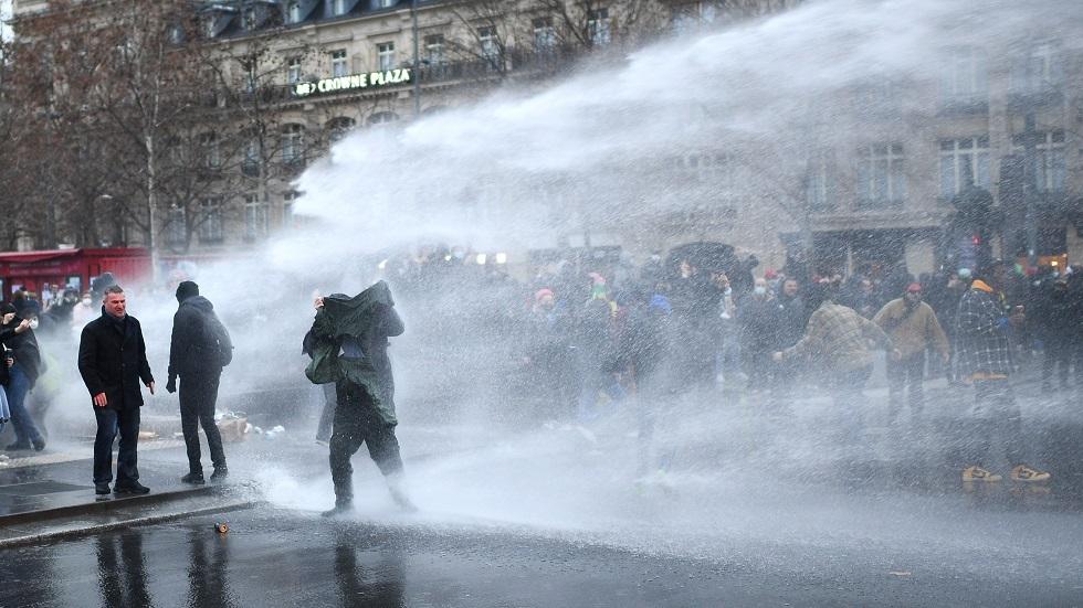 الشرطة الفرنسية تفرق المتظاهرين بالمياه والغاز المسيل للدموع في باريس