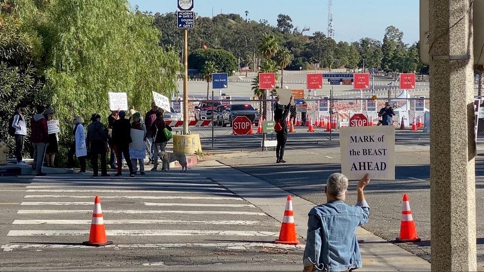 محتجون يعطلون العمل بمركز للتلقيح في لوس أنجلوس