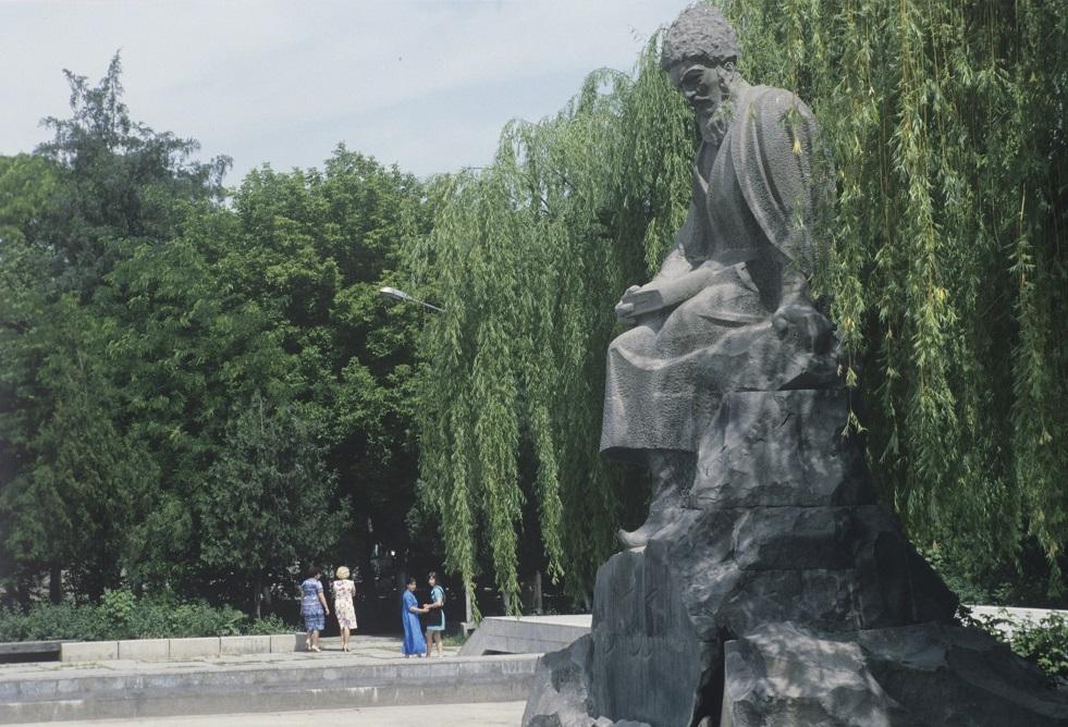 تمثال للشاعر والفيلسوف مخدومقلي فراغي - تركمستان