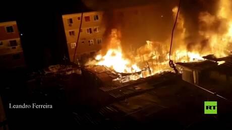 بالفيديو.. حريق ضخم يدمر أكثر من 250 كوخ في فافيلا ريو دي جانيرو
