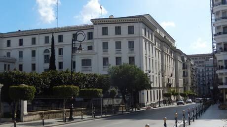 """محامون جزائريون: """"اللوبي الفرنسي حطم أحلام الجزائريين في صناعة سيارة بأنامل محلية"""