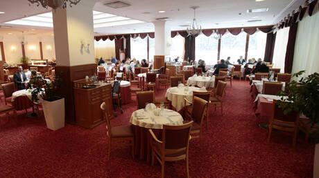 موسكو تلغي القيود المفروضة على المطاعم والنوادي الليلية في ظل تحسن الوضع الوبائي