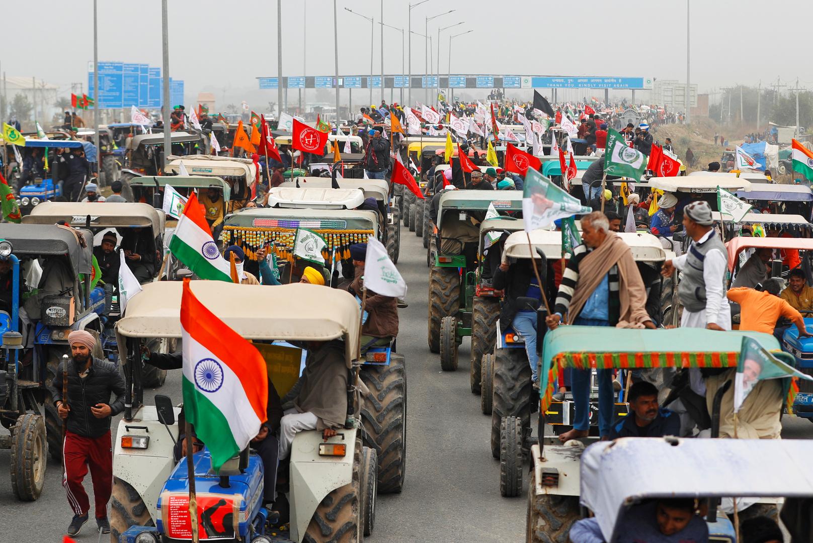 الشرطة الهندية تحفر الخنادق وتنشر الأسلاك الشائكة حول العاصمة