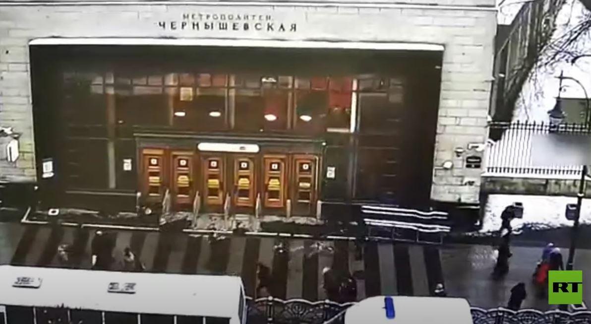 لحظة انهيار زجاج نوافذ واجهة إحدى محطات مترو الأنفاق في سان بطرسبورغ