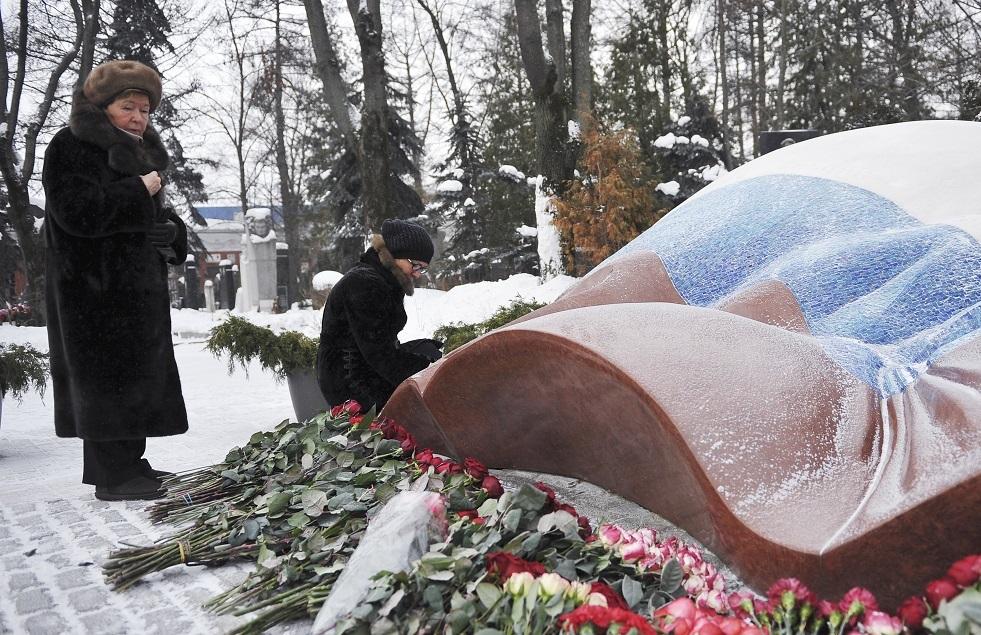 وضع الزهور على قبر يلتسين في الذكرى 90 لميلاده