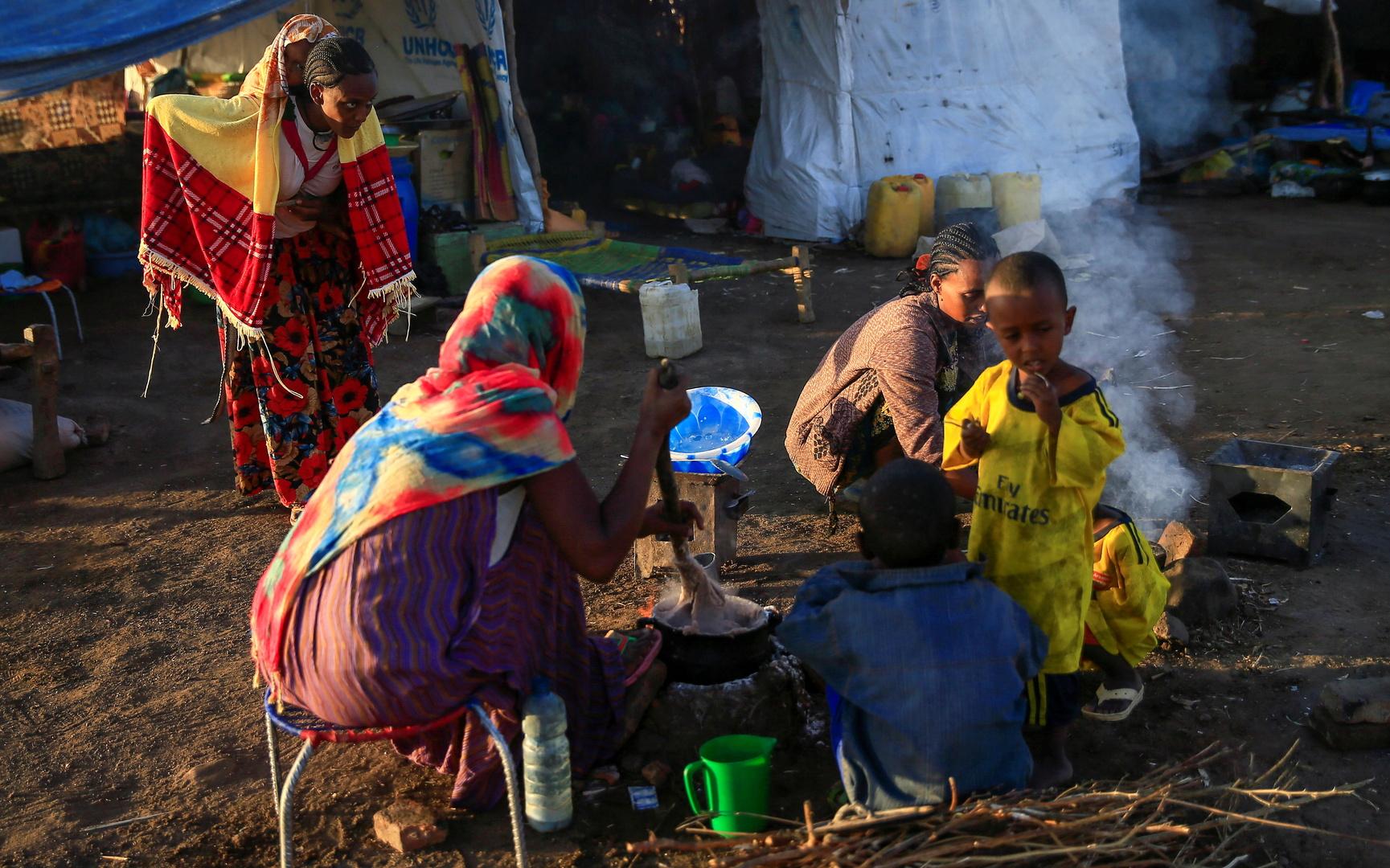 إثيوبيون يعبرون الحدود إلى السودان أثناء فرارهم من القتال ويلجأون في قرية الحميدية على الحدود السودانية الإثيوبية