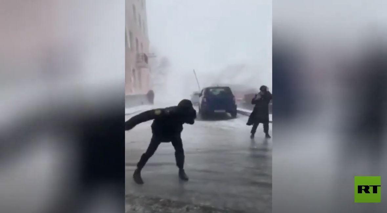 شاهد.. سكان شرقي روسيا يقاومون سوء الأحوال الجوية