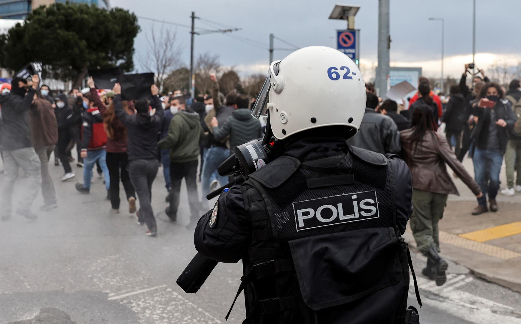 شرطي تركي ومظاهرة تضامن مع طلاب جامعة بوغازيتشي في اسطنبول بتركيا