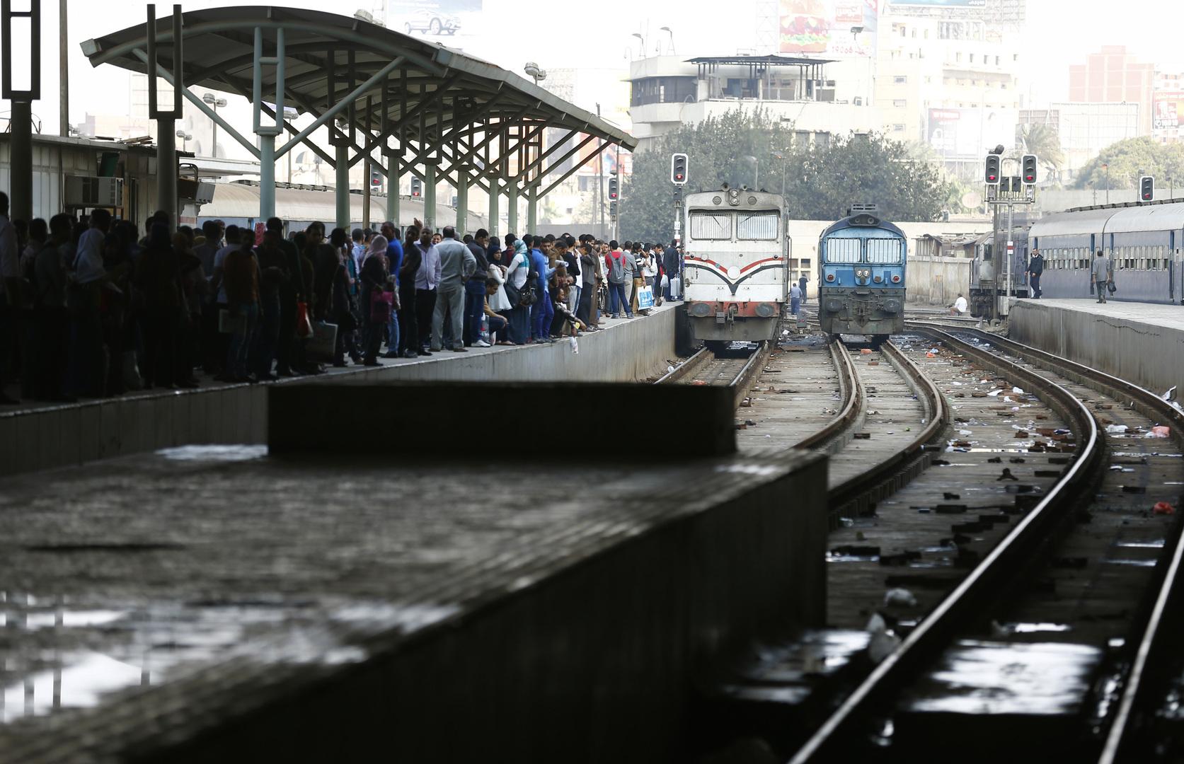 شاهد.. اصطدام قطار برافعة ومصرع وإصابة 5 أشخاص في مصر