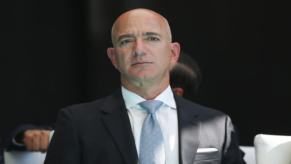 ما مدى ثراء رئيس أمازون السابق مقارنة بمنافسين أمثال إيلون ماسك ومارك زوكربيرغ وغيرهما؟