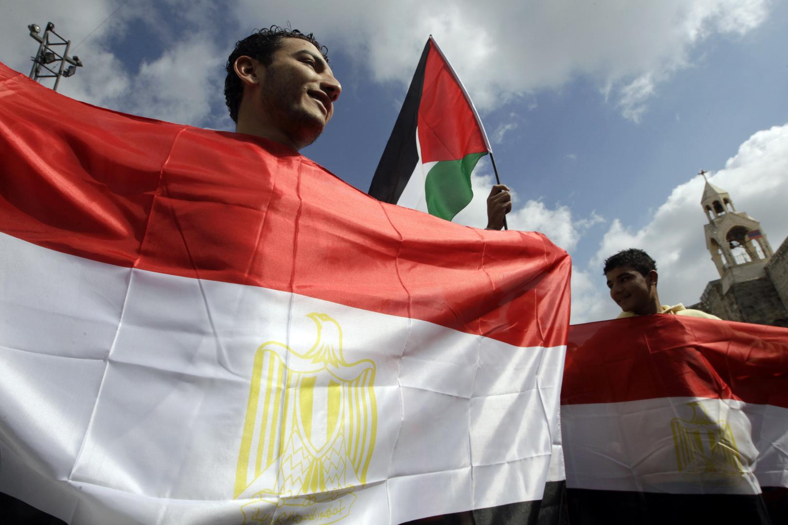 أشخاص يحملون الأعلام المصرية والعلم الفلسطيني