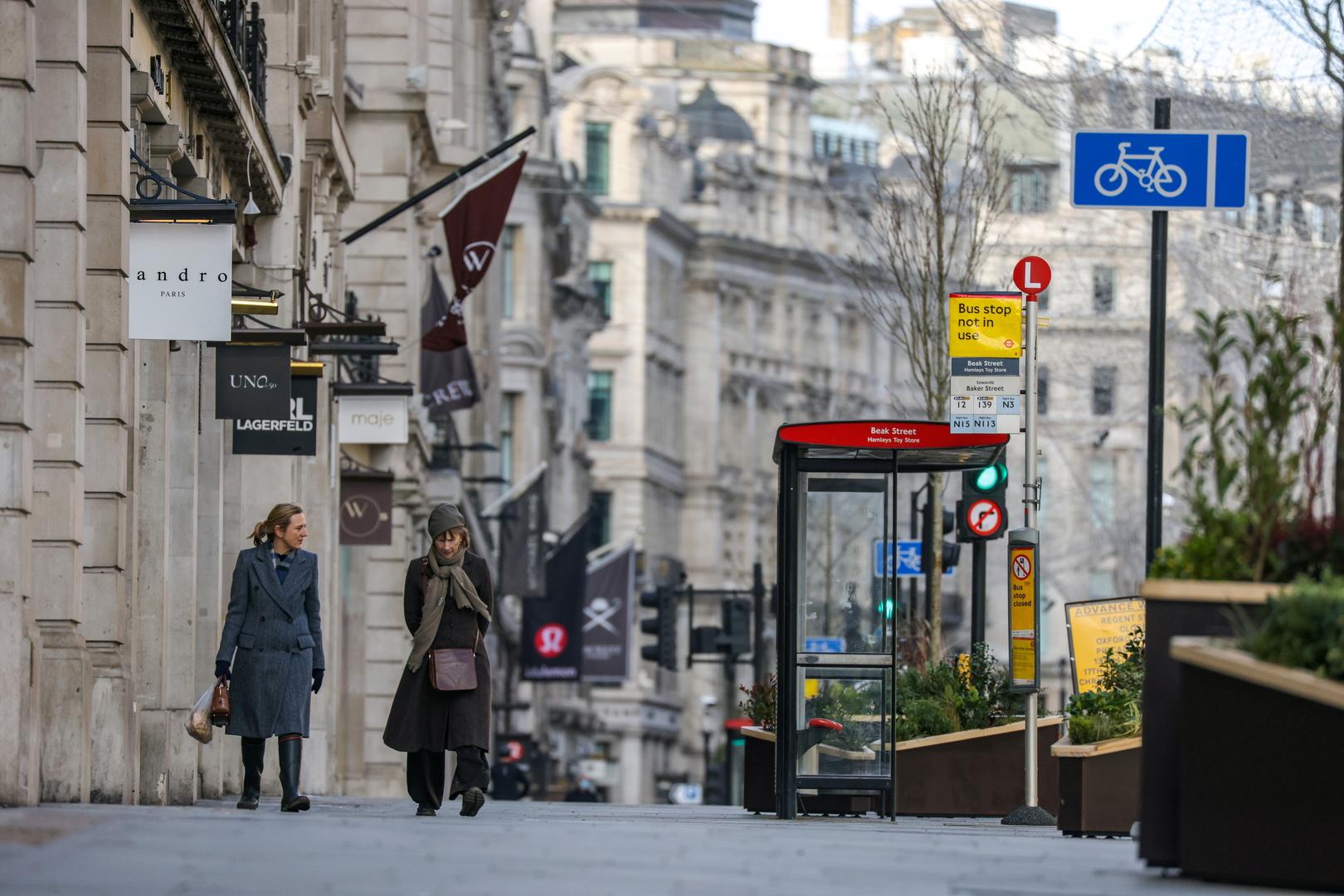 سيدتان تمشيان في أحد شوارع لندن