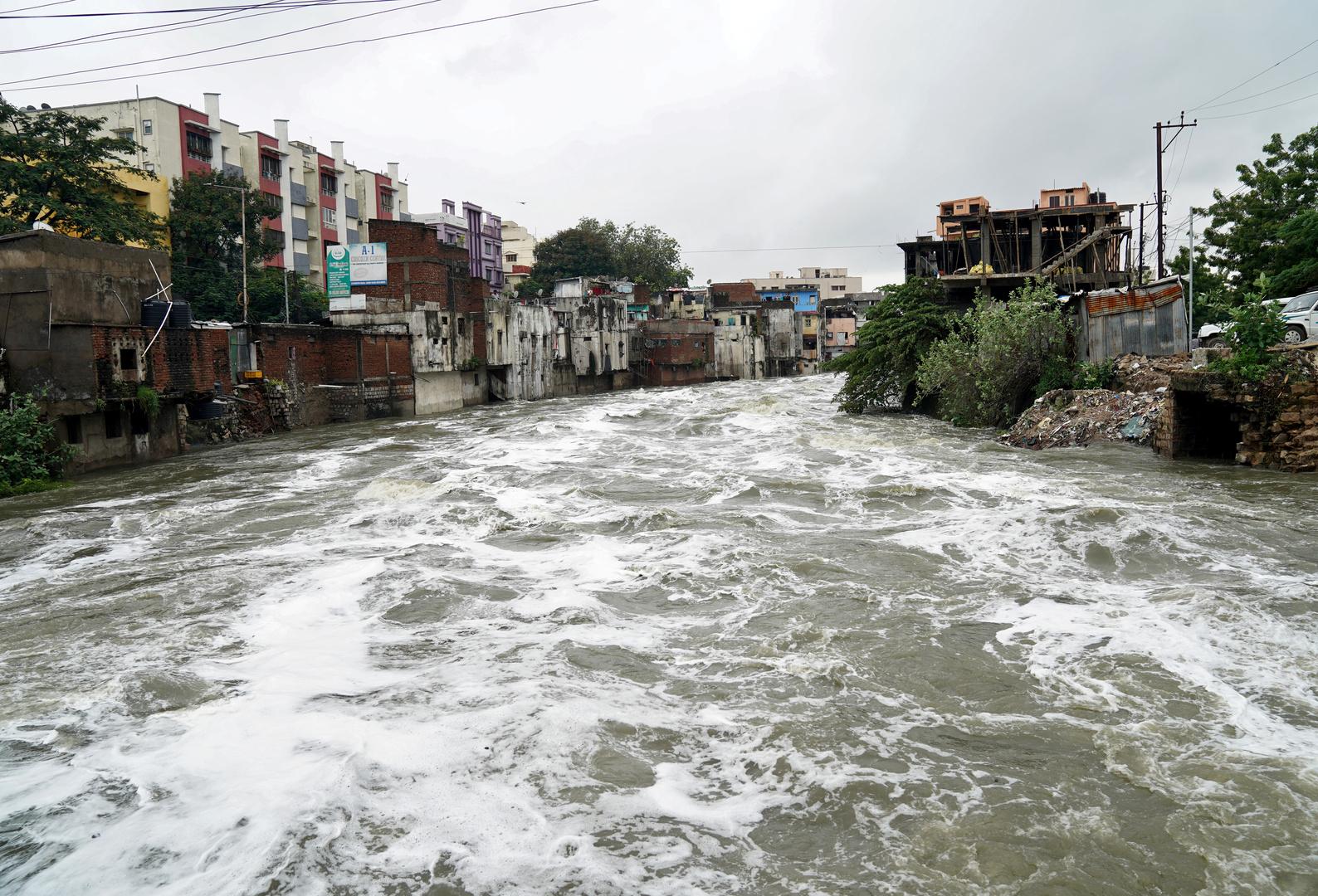 فيضان النهر المحلي بعد انهيار الكتلة الجليدية.