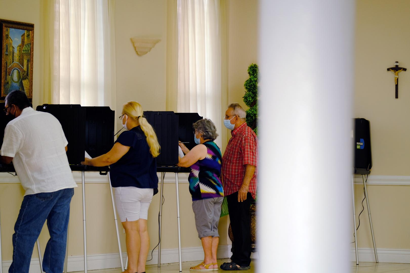 التصويت بأحد مراكز الاقتراع في الانتخابات الرئاسية الأمريكية الأخيرة