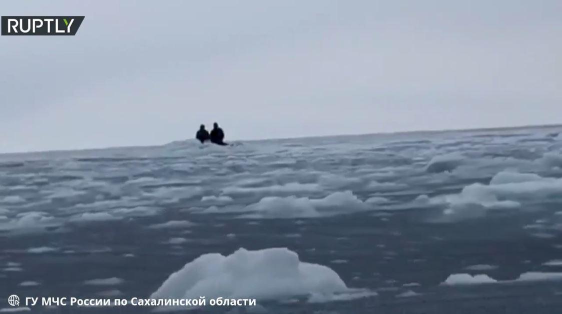 روسيا.. إنقاذ رجلين علقا على قطعة جليدية في المحيط قرب سواحل ساخالين