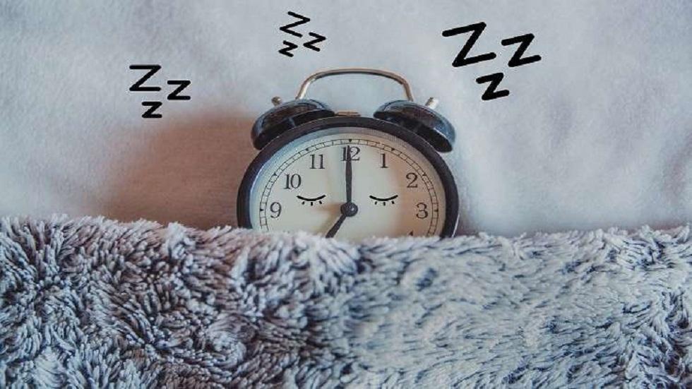 النوم 5 ساعات أو أقل قد يزيد من خطر الإصابة بالخرف والوفاة بين كبار السن