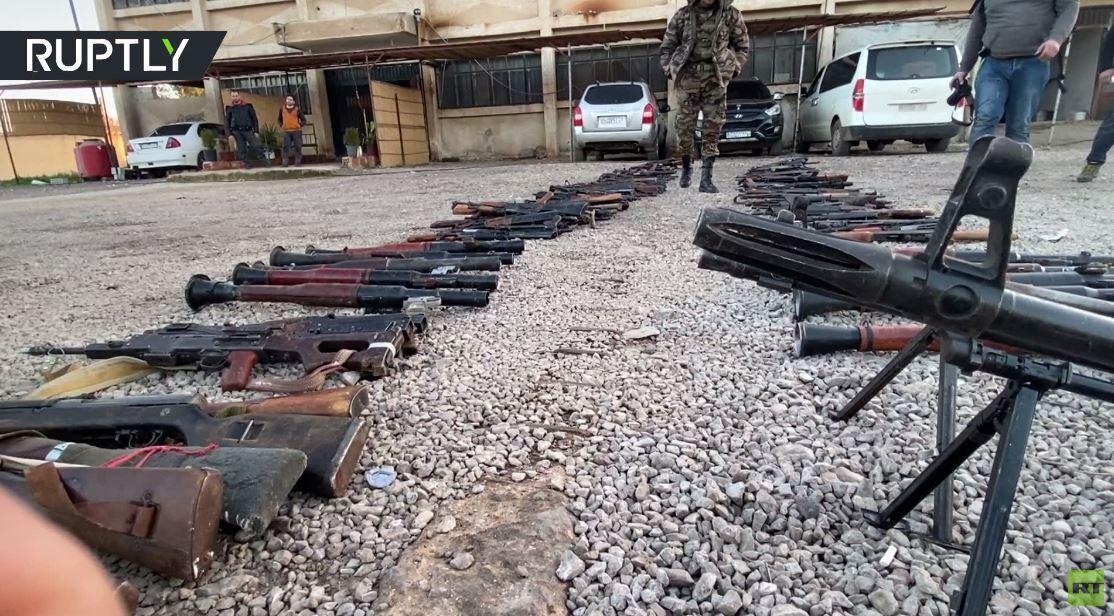 مجموعات مسلحة تسلّم أسلحتها للجيش السوري في إطار اتفاق تسوية في طفس