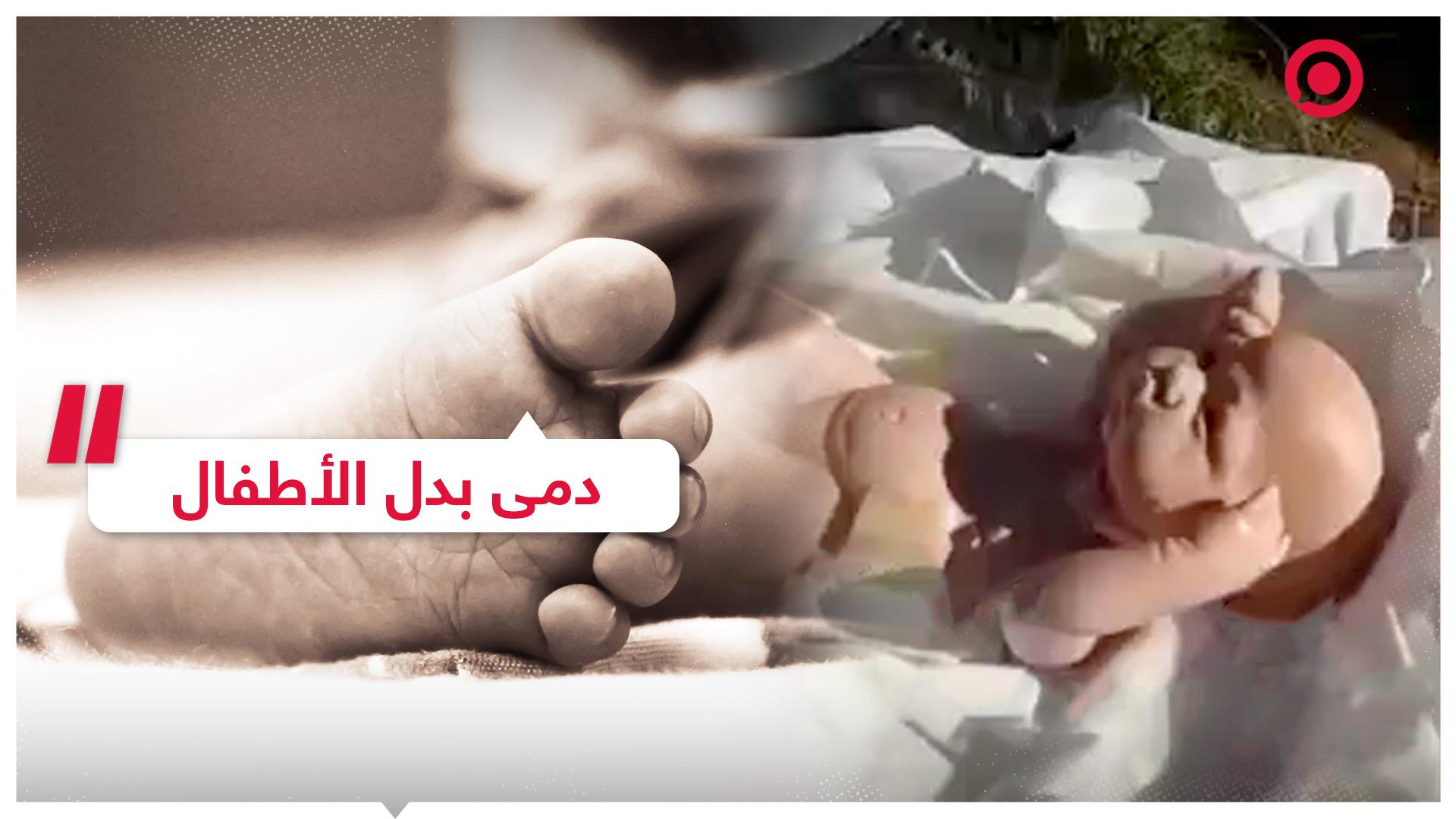 رجل يجد دمى في الكفن أثناء دفنه لطفليه
