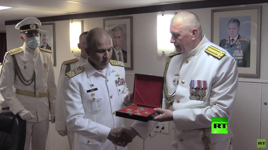 قائد القوات البحرية الباكستانية يزور فرقاطة