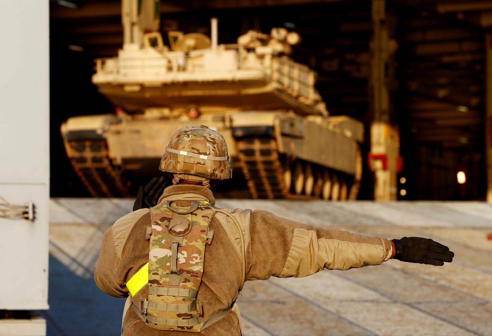 عنصر بالجيش الأمريكي ودبابة