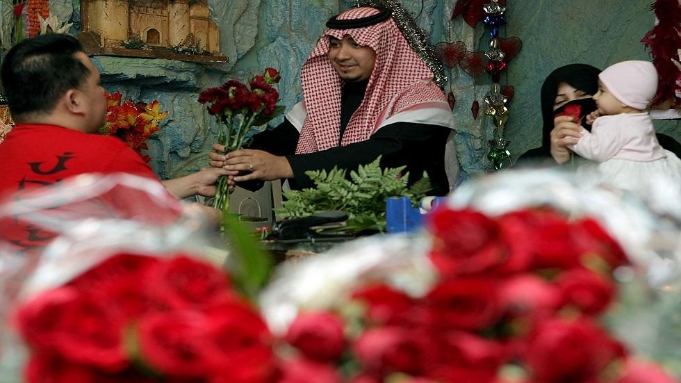 بمناسبة عيد الحب.. انتعاش محلات بيع الهدايا والورود بالسعودية