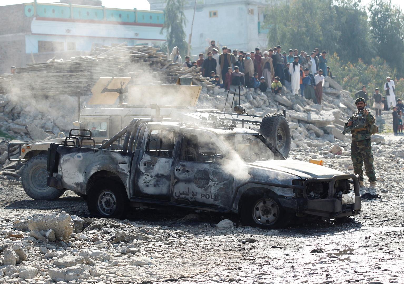 مركبة عسكرية تحترق في جلال آباد بأفغانستان نهاية يناير 2021 بعد تعرضها لهجوم.