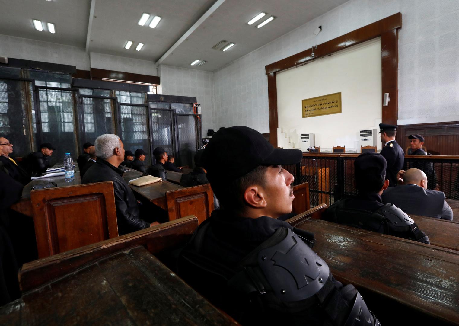 مصر.. مرتكب أغرب جرائم قتل يظهر لأول مرة خلال محاكمته ويتسبب في انفعال قاضي المحكمة (فيديو)