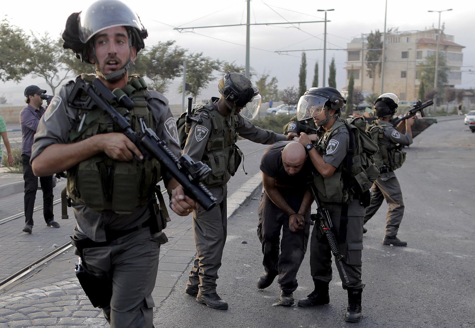 جنود إسرائيليون يعتقلون فلسطينيا، صورة تعبيرية من الأرشيف