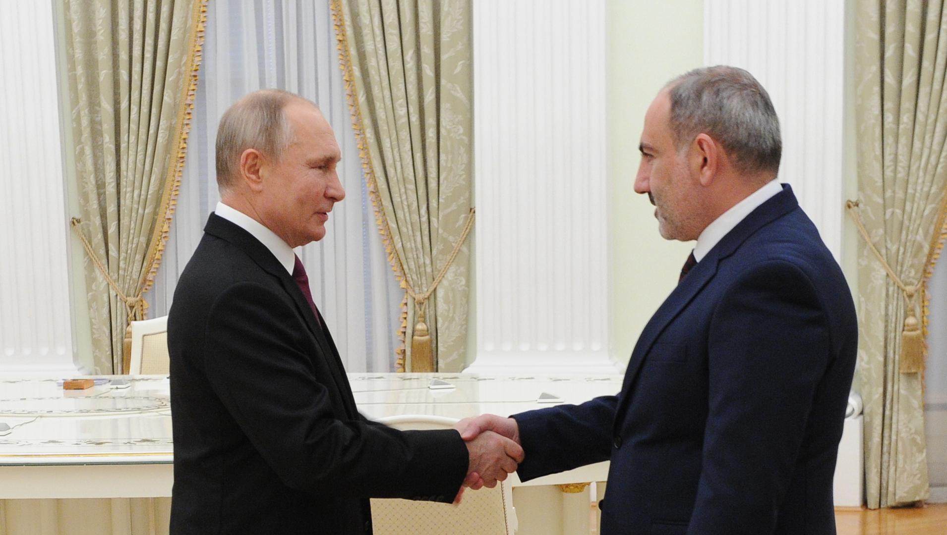 الرئيس الروسي فلاديمير بوتين مع رئيس وزراء أرمينيا نيكول باشينيان