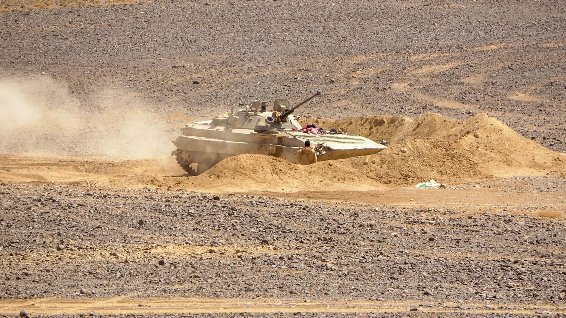 مدرعة للقوات التابعة للحكومة المعترف بها دوليا في محافظة مأرب باليمن