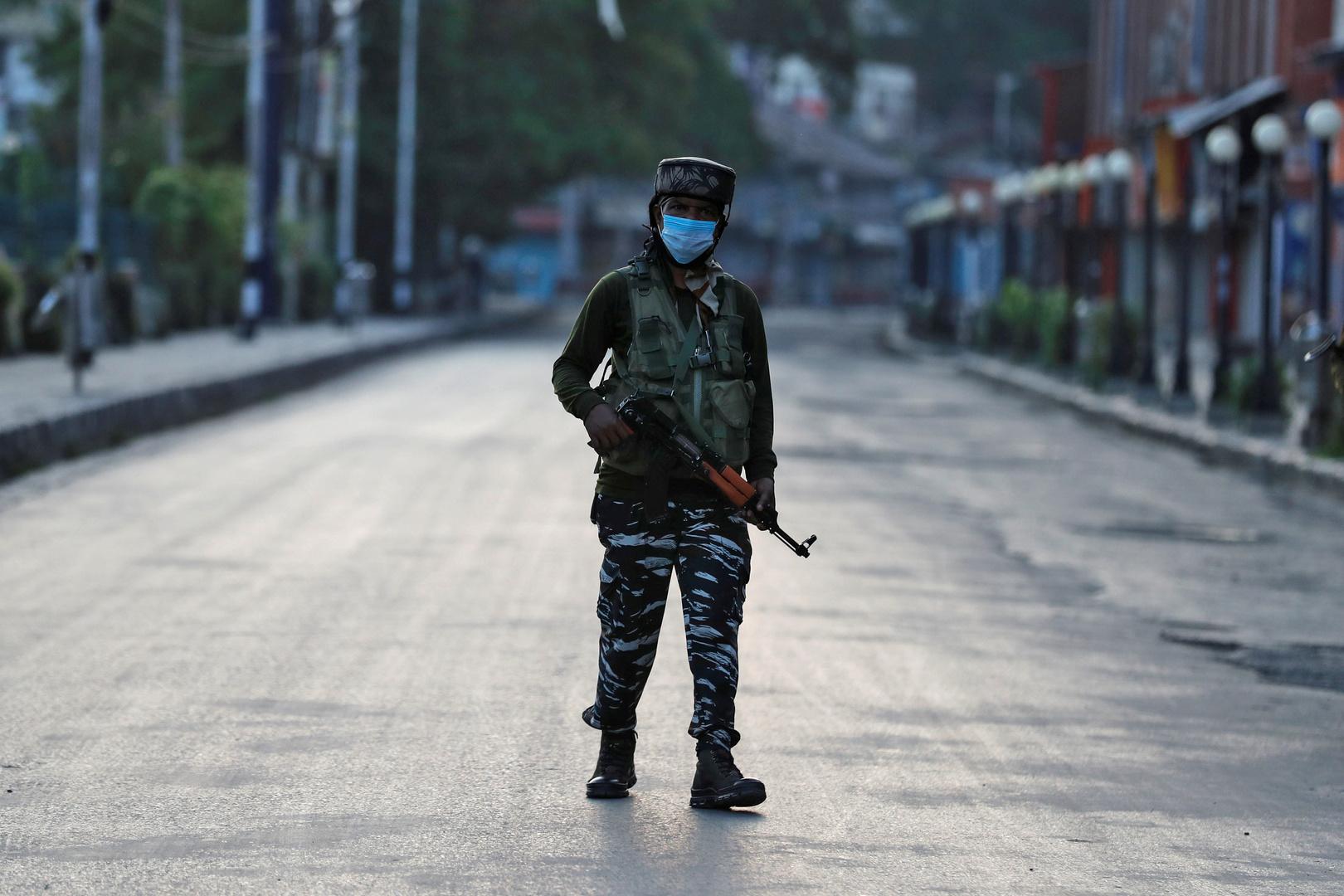 بالفيديو.. مقتل شرطيين هنديين برصاص مهاجمين مجهولين في كشمير