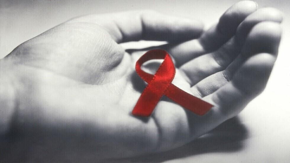 المراحل الثلاث لفيروس نقص المناعة البشرية وكيف يمكن أن يتطور إلى الإيدز