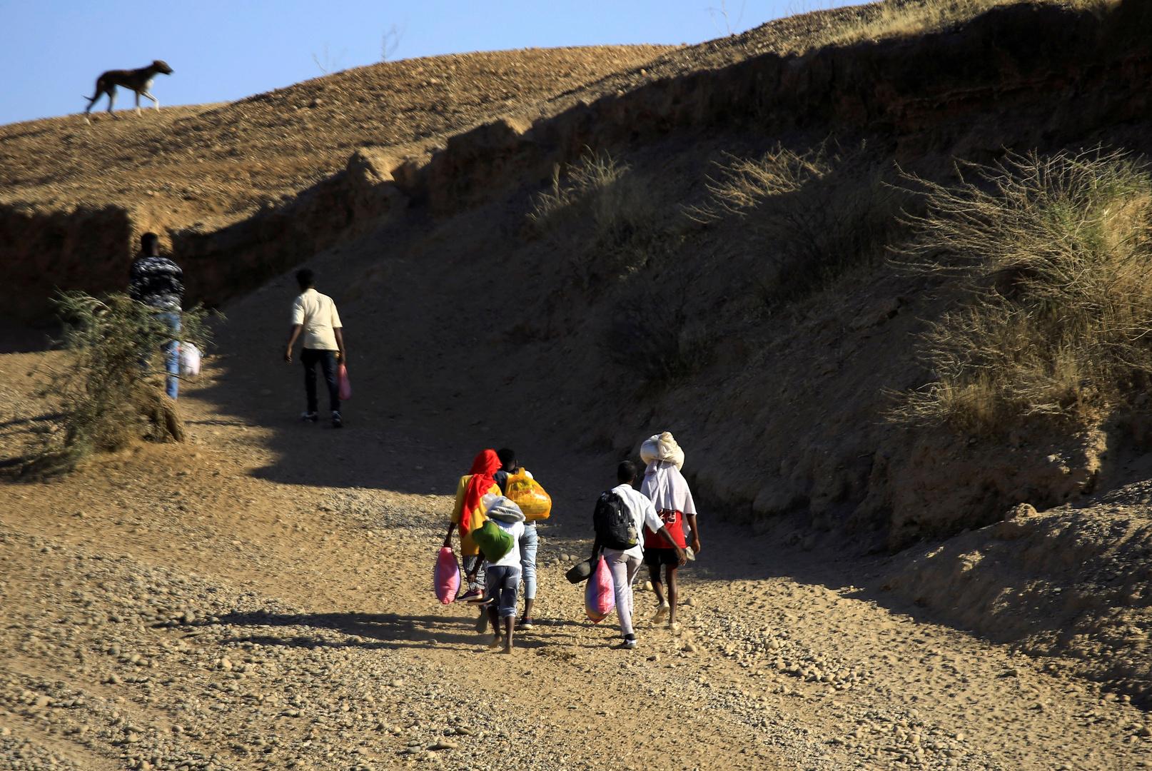 إثيوبيون يعبرون الحدود إلى السودان أثناء فرارهم من القتال ليستقروا في قرية الحميدية على الحدود السودانية الإثيوبية
