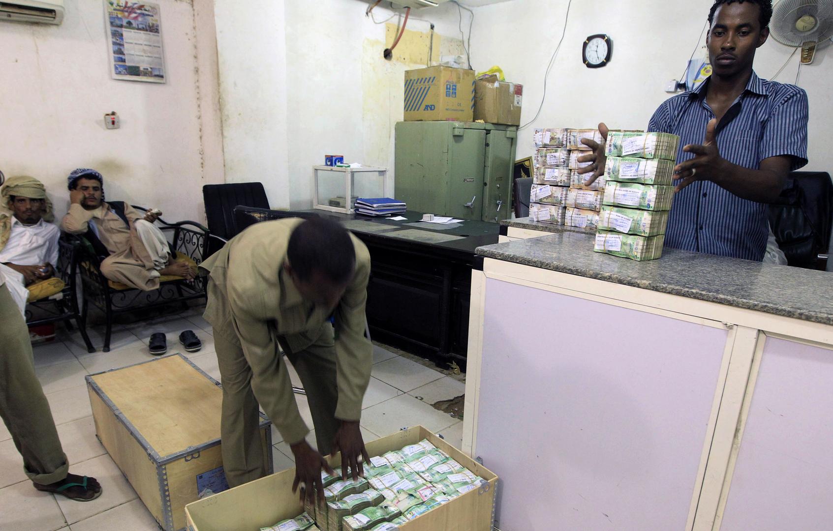 عمال يعدون النقود بالعاصمة السودانية الخرطوم