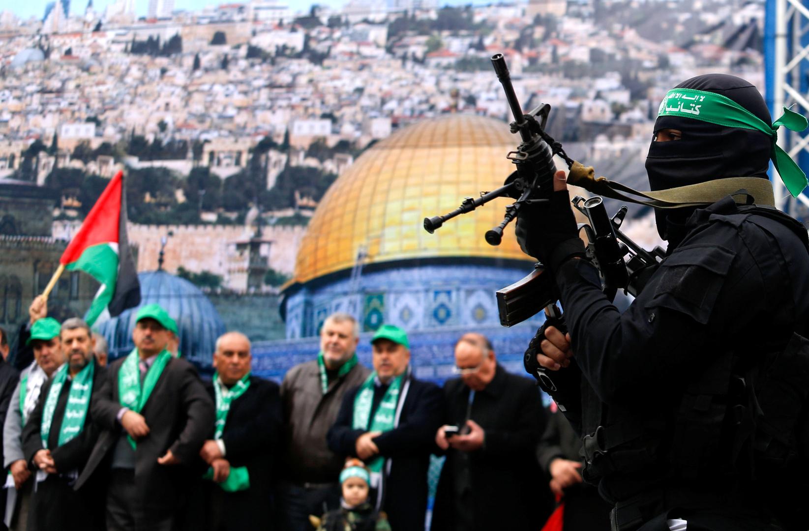 عسكري وأعضاء من حركة حماس