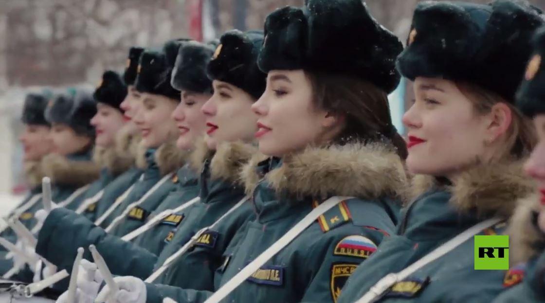 فرقة من الفتيات تقدم عرضا موسيقيا راقصا بمناسبة عيد حماة الوطن في روسيا (فيديو)