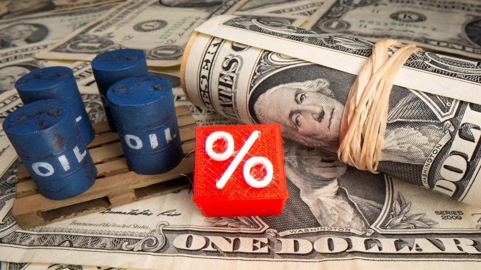 أسعار النفط تغلق قرب أعلى مستوياتها في عام