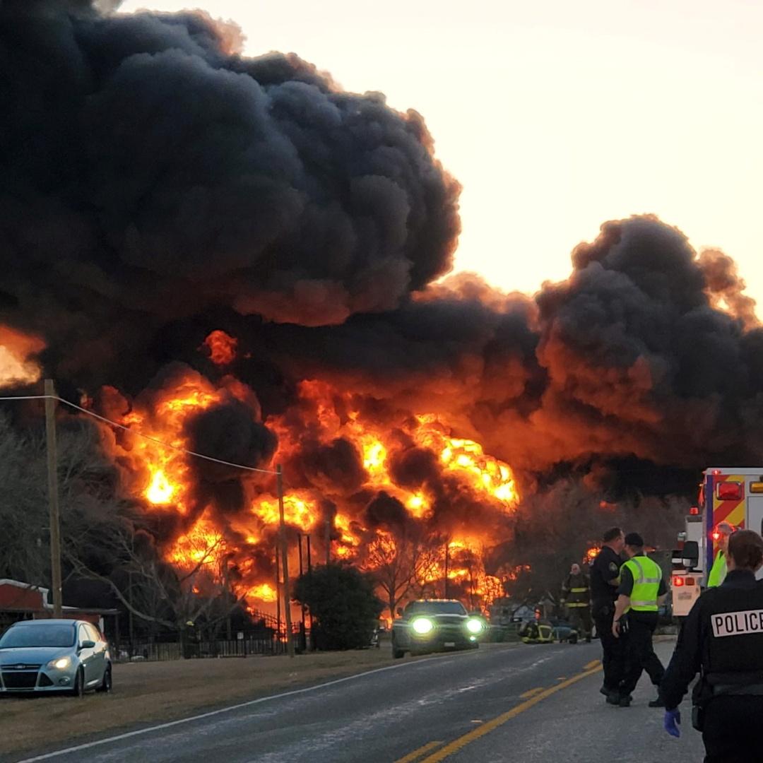 انفجار كبير وسط تكساس الأمريكية في حادث اصطدام شاحنة بقطار محمل بالفحم والبنزين