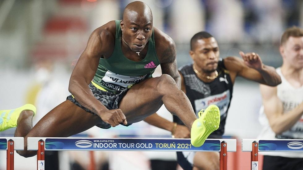 العداء الأمريكي هولواي يحقق رقما قياسيا في سباق 60 مترا حواجز (فيديو)