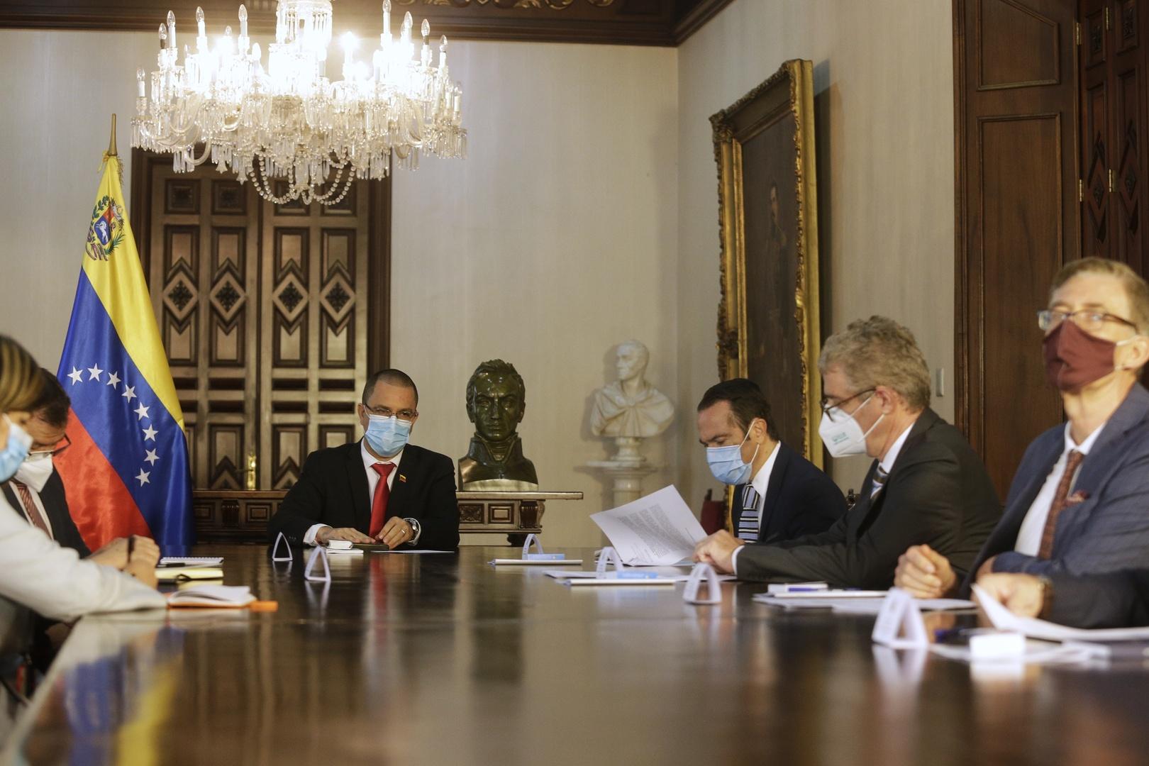 وزير الخارجية الفنزويلي يسلم مذكرات احتجاج لسفراء 4 دول أوروبية