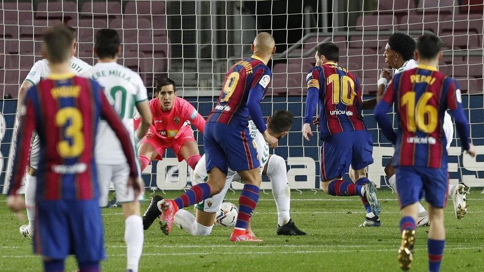 ميسي يقود برشلونة للفوز على إلتشي بثلاثية وينفرد بصدارة هدافي