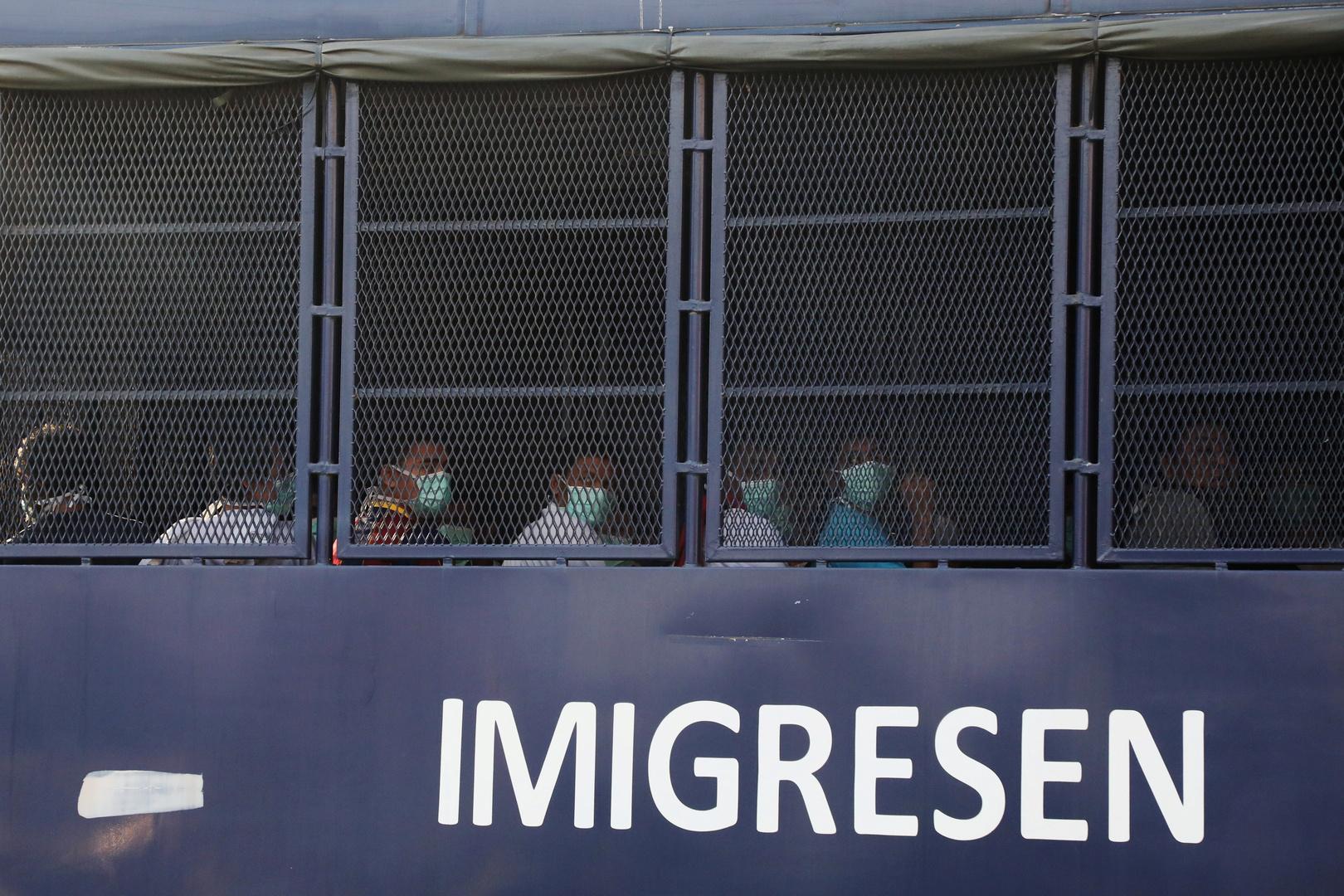 مهاجرون من ميانمار سيتم ترحيلهم من ماليزيا داخل شاحنة الهجرة في لوموت
