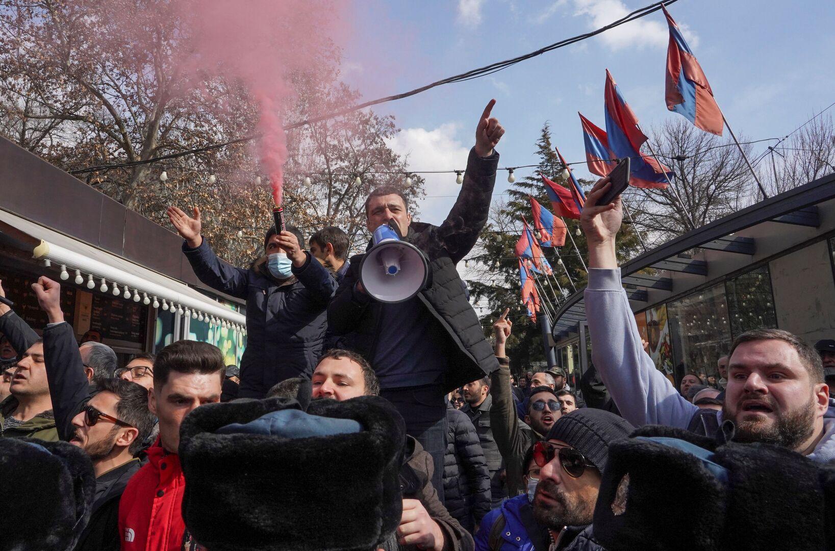 لافروف يبحث مع وزير خارجية أرمينيا آخر المستجدات في يريفان