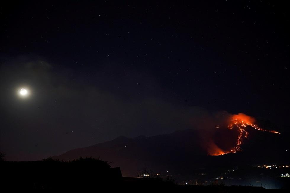 بركان جبل إتنا الإيطالي يضيء ليل جزيرة صقلية (صور + فيديو)