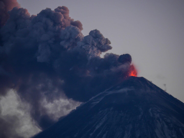 اتساع تدفق الحمم من بركان في شبه جزيرة كامتشاتكا الروسية