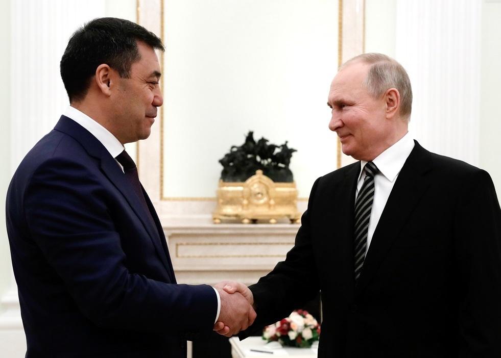 بوتين يتلقى هدية من رئيس قرغيزستان الجديد